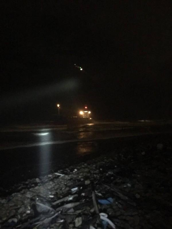台籍貨輪在大園擱淺,國搜黑鷹直升機直升機前來救援,將12名船員全數救出,幸無大礙。(桃園市消防局提供)