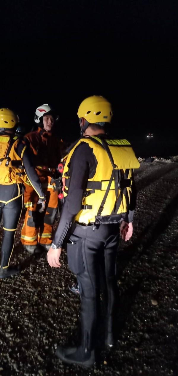 台籍貨輪在大園擱淺,12名船員全數被救出。(桃園市消防局提供)