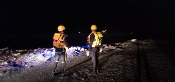 台籍貨輪今晚行經桃園市大園區沙崙油庫後方海域擱淺,國搜直升機趕來救援,將12名船員全數救出,幸無大礙。(桃園市消防局提供)