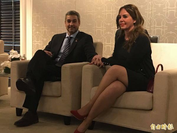 巴拉圭總統阿布鐸伉儷今下午與媒體茶敘,兩人在鏡頭前十指緊扣、大曬恩愛(記者彭琬馨攝)