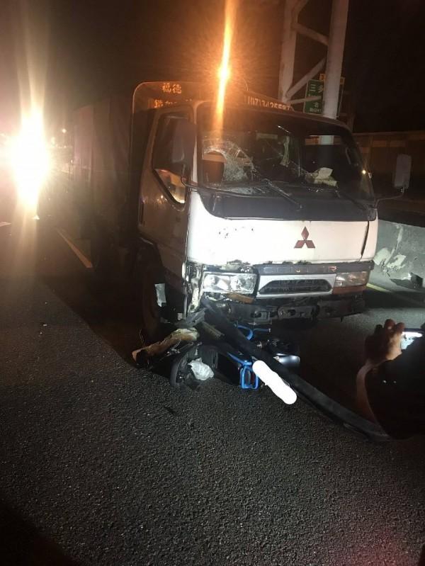 國道1號末端凌晨傳出電動自行車騎士逆向上國道,被撞爆頭慘死。(記者黃佳琳翻攝)