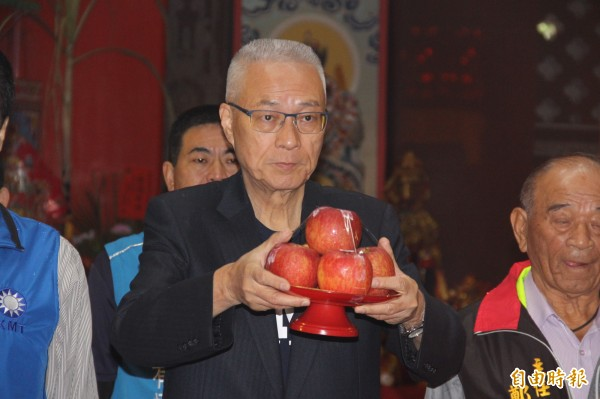 國民黨主席吳敦義與陳學聖、同黨市議員及同仁參拜祈福。(記者許倬勛攝)