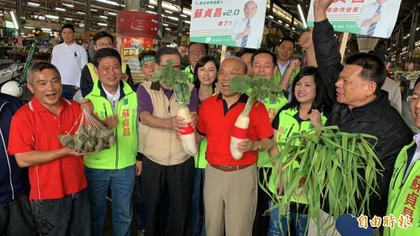 民進黨新北市長參選人蘇貞昌今晨6點到大台北農產品集貨場掃街拜票。(記者葉冠妤攝)