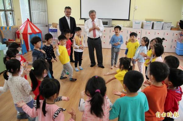 幼兒園的小朋友們又唱又跳新學的客家兒歌,表演給縣長邱鏡淳(中右)、教育處長劉明超(中左)欣賞。(記者黃美珠攝)
