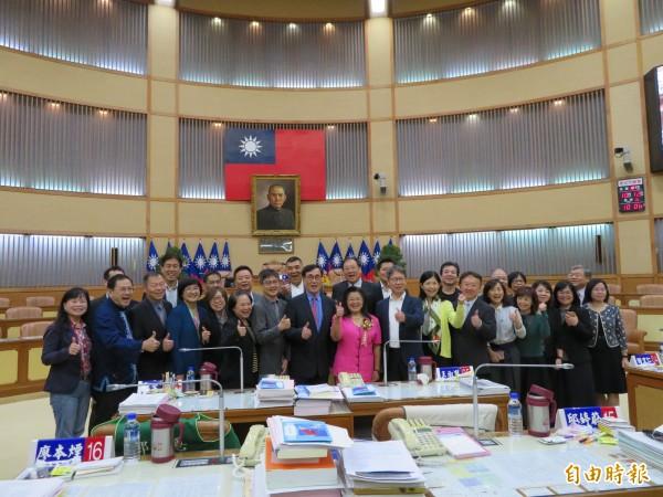 王明麗宣誓就任新北市議員,市府團隊成員到場祝賀。(記者何玉華攝)