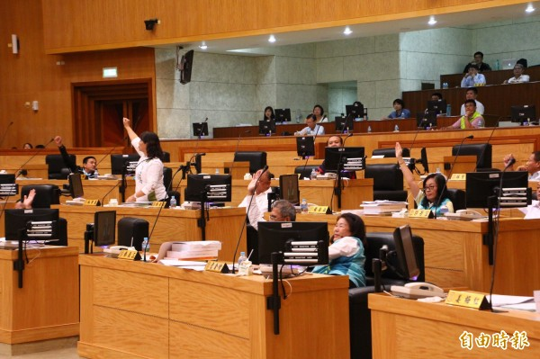 嘉義縣議會經表決,有14位議員贊成保留嘉義縣文化基金會1000萬元預算。(記者林宜樟攝)