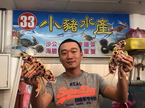 因為父親的一句話,陳茗澤退伍返鄉,成為新北市龜吼漁港漁夫市集的萬里蟹蟹販。(記者俞肇福翻攝)