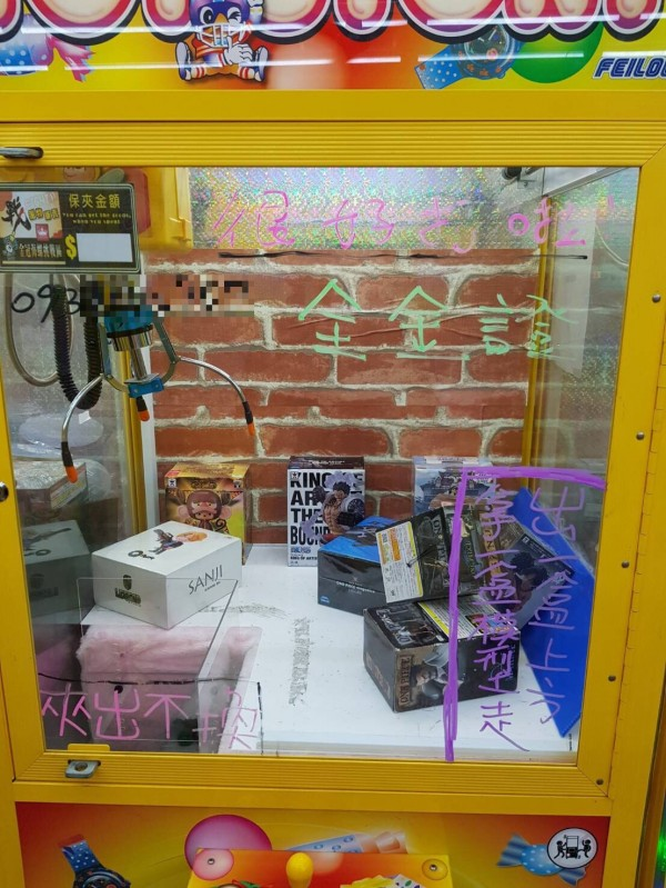 蔣姓男子為了1歲半兒偷夾娃娃機台上的鋼彈模型,被害老闆得知霸氣加送2盒。(記者黃良傑翻攝)