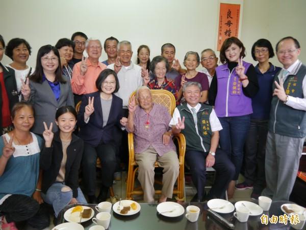 總統蔡英文與台中市府團隊探訪人瑞邱張桂英。(記者張軒哲攝)