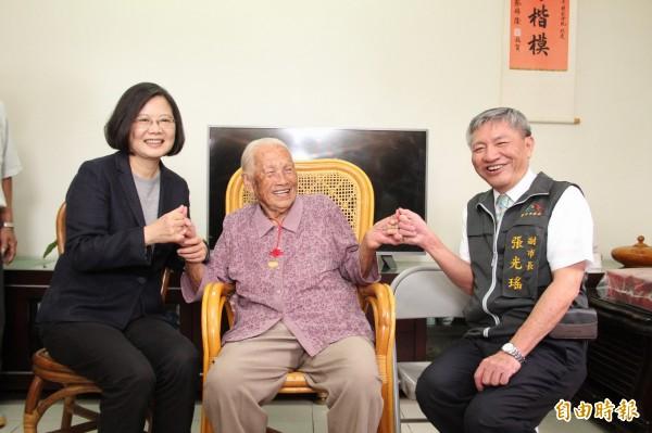 邱張桂英與蔡英文(左)、台中市副市長張光瑤約好再相見。(記者張軒哲攝)
