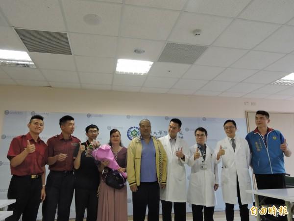 張姓男子到亞大醫院送花表感謝。(記者蘇金鳳攝)