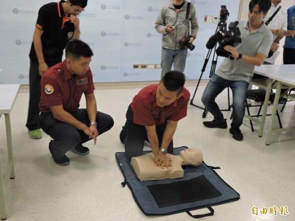 消防員到亞大醫院示範CPR。(記者蘇金鳳攝)