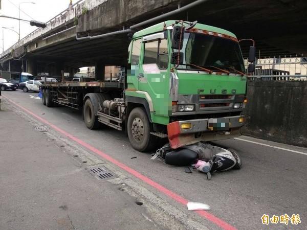 大智陸橋下發生死亡車禍。(記者蔡清華攝)