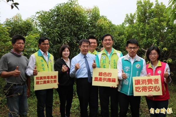 民進黨台南市長參選人黃偉哲(左四)今在多位市議員參選人陪同下,到台南後壁拜訪友善耕種農友,並推動建立農業生態示範區。(記者萬于甄攝)