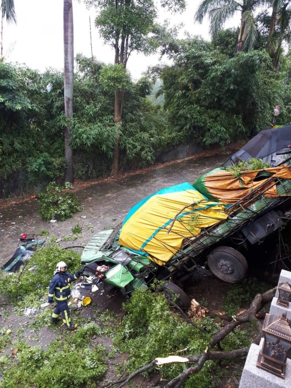 大貨車疑似煞車失靈,衝下邊坡,駕駛受困車內。(記者曾健銘翻攝)