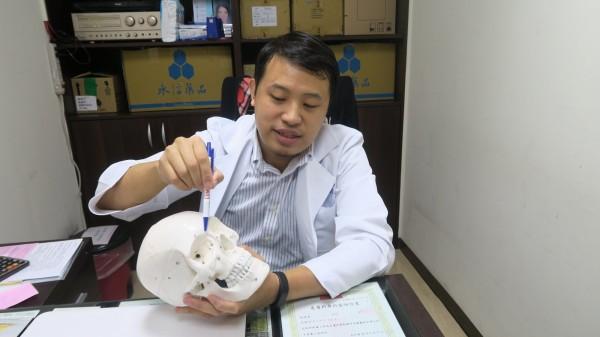 阿媽50年前隆鼻,今取出「矽膠化石」。(記者顏宏駿翻攝)