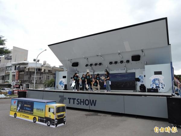 台東縣打造行動智慧舞台車,搭載節能與智慧科技。(記者張存薇攝)