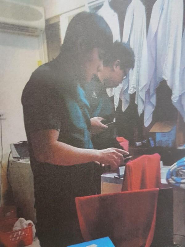 警方至Yana在景安路承租公寓查緝。(記者徐聖倫翻攝)