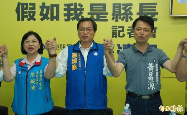 苏清泉(中)强调,他若当选屏东县长,一定加码发放敬老金。(记者李立法摄)