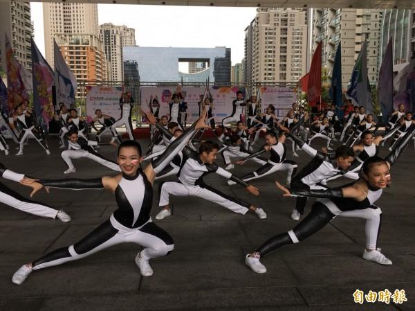 「2018台中國際踩舞祭」記者會,由新民高中表演團隊熱情開場。(記者黃鐘山攝)