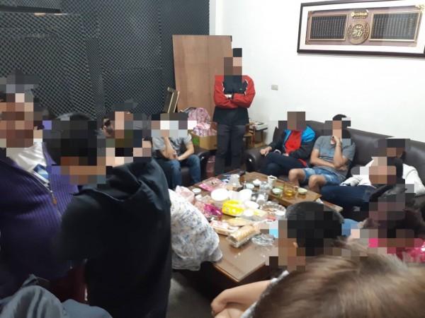 萬華分局破獲大型地下職業賭場。(記者劉慶侯翻攝)