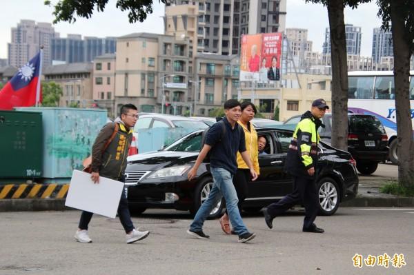 太陽花學運領袖陳為廷(前中)今天下午也現身國民黨新竹縣長參選人楊文科總部前的抗議行動。(記者黃美珠攝)