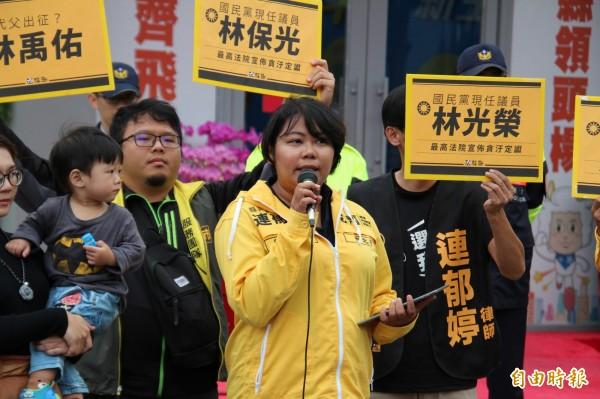 時代力量新竹縣議員參選人連郁婷(中)強調「是不是有辦法抵抗收賄的誘惑」,是針對所有花大錢來選舉的参選人,不是刻意嘴林禹佑。(記者黃美珠攝)