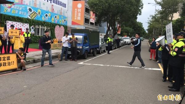 新竹縣竹北警分局今天下午對時代力量新竹縣議員參選人連郁婷的抗議行為舉牌警告,要求立刻解散。(記者黃美珠攝)