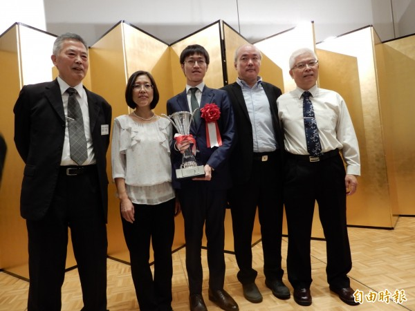許家元和母親范麗娟、師父高林拓二(左)及台灣圍棋老師程清江、長期贊助他的醫師陳天啟合影。(記者林翠儀攝)