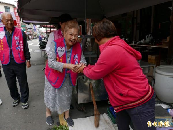 柯文哲父母親南下台中,幫市議員參選人掃街拜票,親切熱情,受到民眾歡迎。(記者蔡淑媛攝)