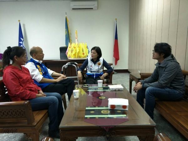 國民黨高雄市長參選人韓國瑜今晚到雲林探視腳受傷開刀的同黨雲林縣長參選人張麗善。(張麗善總部提供)