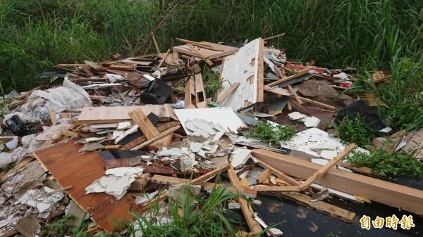 新竹縣鳳山溪鐵路橋上游,100多公尺長溪畔有5處遭棄置廢棄物,地方痛批不肖業者實在可惡,主管機關概估數量約90公噸。(記者廖雪茹攝)