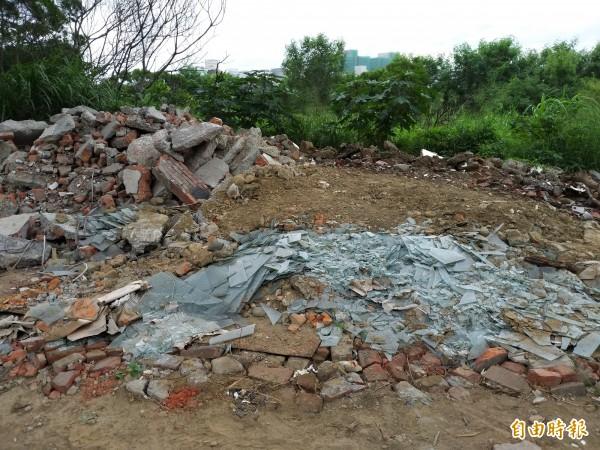 竹北市鳳山溪畔高灘地遭棄置廢棄物,主管機關第二河川局表示,種類有磚塊、木板、塑膠及家庭垃圾等,其中磚塊目測約占3分之1。(記者廖雪茹攝)