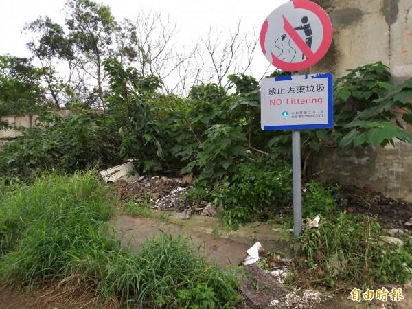 鳳山溪畔高灘地數年前也屢遭棄置廢棄物,第二河川局在入口設置「禁止丟置垃圾」的告示牌,並擺放消波塊封閉通道,沒想到近日又遭人侵入偷倒。(記者廖雪茹攝)