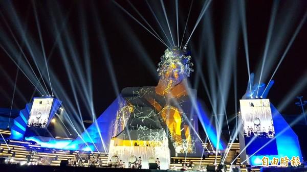 衛武營《眾人的派對》打造高32公尺的歌仔戲女旦,台南十鼓擊樂團帶來鼓樂,搭配變化萬千的光影秀,現場光彩奪目、震撼力十足。 (記者陳文嬋攝)