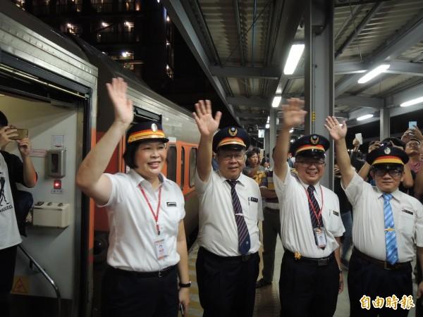 高雄臨時站歷任站長排排站,揮手歡送最後一班平面列車(記者王榮祥攝)