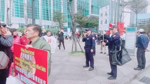 「德國舊馬克協會」高舉納粹旗幟抗議,警方舉牌警告。(翻攝資料照)