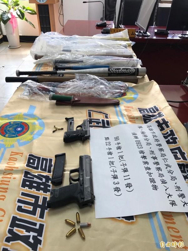 警方起出強賣兄弟茶犯罪集團作案用槍枝及刀械棍棒。(記者洪臣宏攝)