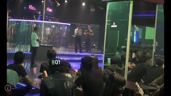警方同時針對外籍移工最常聚集的舞廳進行防酒駕宣導。(記者許國楨翻攝)