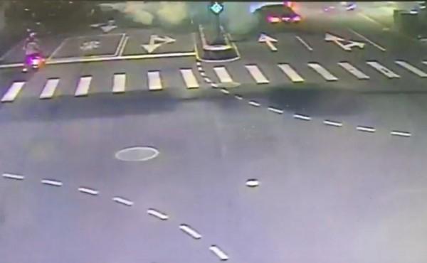雙方在馬路上爭執,其中一發噴滅火器挑釁。(記者陳薏云翻攝)