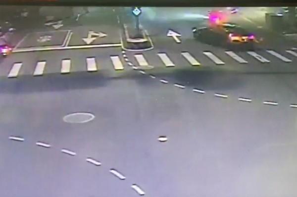 警方目前鎖定監視器中一台黑色賓士以及機車進行追緝。(記者陳薏云翻攝)