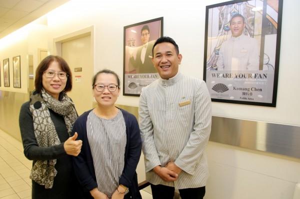 來自印尼的科曼(右),台北文華東方酒店被票選為年度優秀員工,與前來參加活動的新住民姊妹相見歡。左為移民署北市服務站主任黃齡玉。(移民署提供)