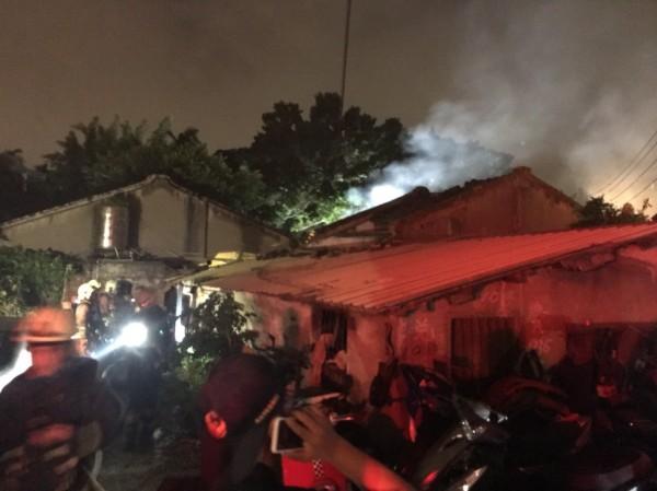 新莊化成路本月8日凌晨傳出火警,警消當時在屋內救出一名男童。(記者曾健銘翻攝)