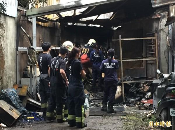 火調人員事後在現場勘驗。(記者曾健銘攝)