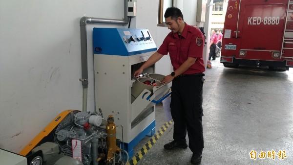 消防人員在火場呼吸仰賴空氣瓶,瓶內空氣全靠高壓呼吸空氣壓縮機及充氣櫃灌充,也是消防人員救災的重要裝備設施。(記者萬于甄攝)
