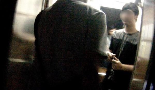 警方趁黃男外出購物之際將他在電梯口攔下。(記者許國楨翻攝)