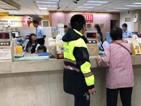 行員誤以為婦人遇到詐騙集團,警員匆忙趕到現場了解。(記者曾健銘翻攝)