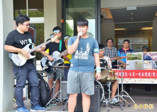 活動期間,由青少年組成的「下課後樂團」應邀駐唱。(記者吳俊鋒攝)
