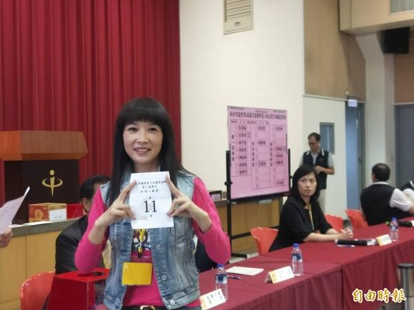 蔡淑君抽到11號,她說要一心一意為民服務。(記者何玉華攝)
