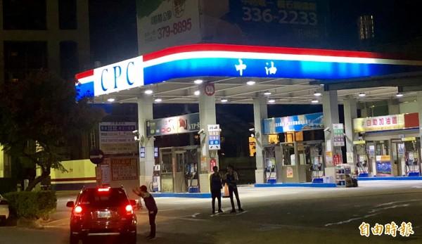 中油95無鉛汽油出包,就連公布不合格站點名單都搞烏龍,有問題的「力行站」不在名單上,導致民眾不知情欲進入加油,加油站只好派遣員工在入口處協助引導。(記者魏瑾筠攝)